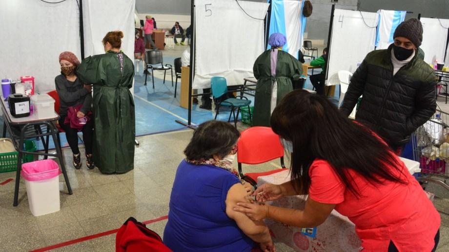 Esta semana continúa la vacunación en el gimnasio municipal. Foto: Marcelo Ochoa.