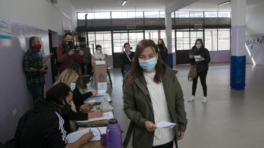 La precandidata de JSRN votó en la Escuela N° 30 de la capital rionegrina. Foto: Marcelo Ochoa.