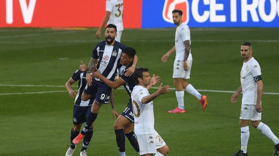 Talleres venció a Racing en el Cilindro por 2-1 y manda en soledad en la Liga Profesional.