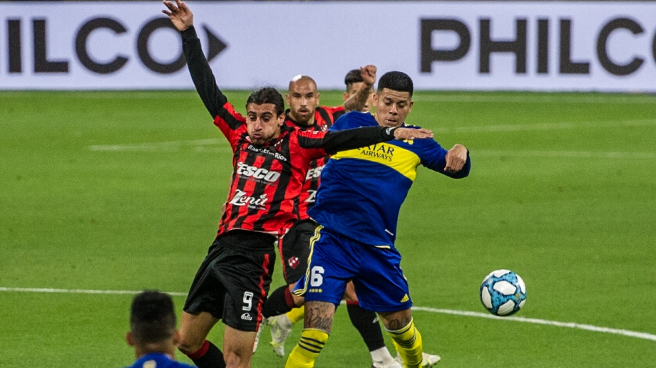 Marcos Rojo pelea el balón con Sosa. Boca eliminó a Patronato en Santiago.