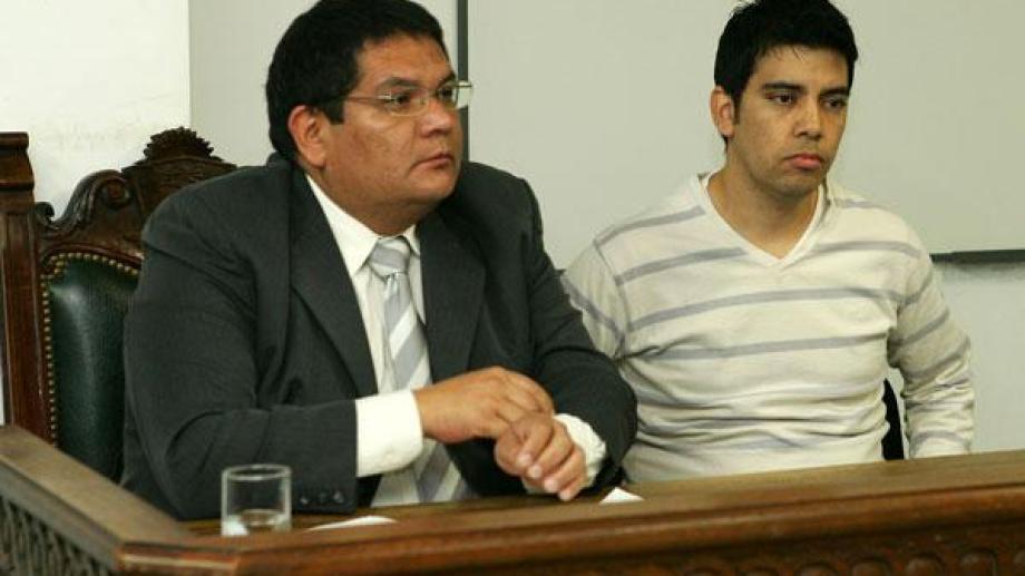 Cortez junto a su abogado defensor, César Pérez, en el juicio de 2011. (Archivo).-