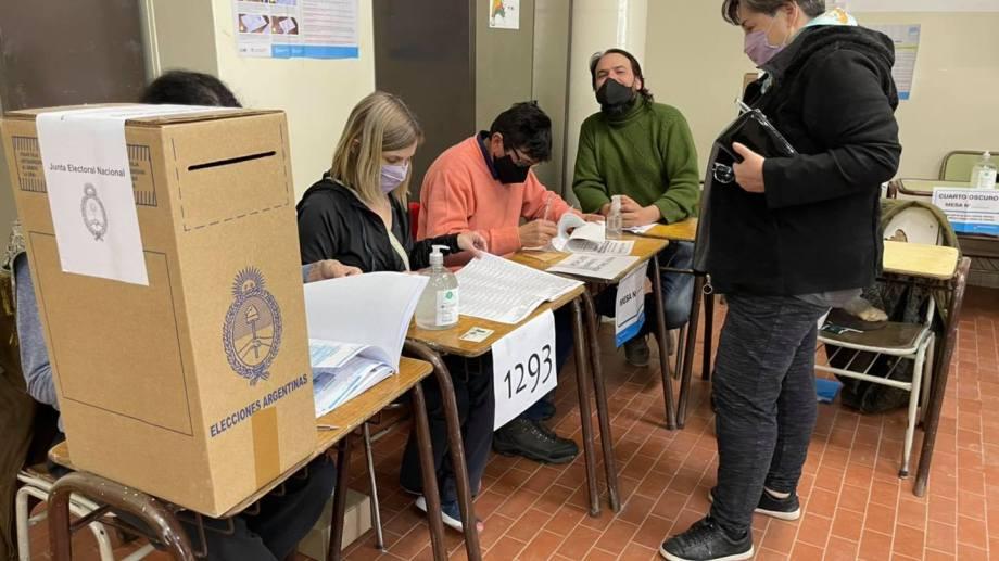 La intendenta Liliana Martín emitió su voto en la Escuela 299. Foto Gentileza.
