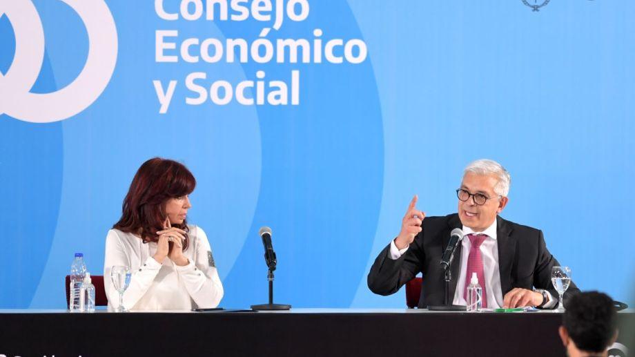 Julián Domínguez dio detalles del proyecto de ley ante la atenta mirada de Cristina Fernández. (Foto: Telam)