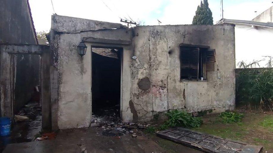 La familia de Juani perdió todo en el incendio. Hoy los cuatro viven en un galpón de 7 metros cuadrados, con ayuda de sus vecinos.-