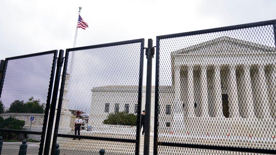Un vallado negro envuelve al Capitolio en la previa a las manifestaciones de mañana. (Foto: AP)