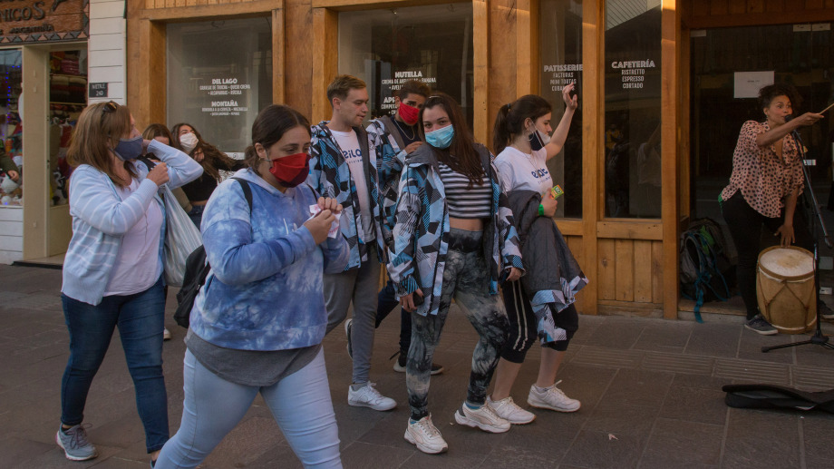 El turismo estudiantil vuelve con esquemas de vacunación y test negativos.
