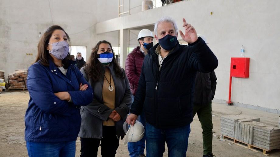 A cinco días de las elecciones, la gobernadora Arabela Carreras recorrió la obra del polideportivo del Centro Regional Universitario Bariloche (CRUB) este viernes. Foto:  Chino Leiva