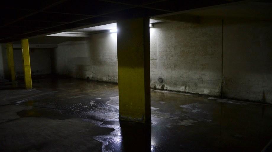 Un garage de la calle Quaglia es uno de los afectados por los inconvenientes que detectó el nuevo colector. Foto: Chino Leiva