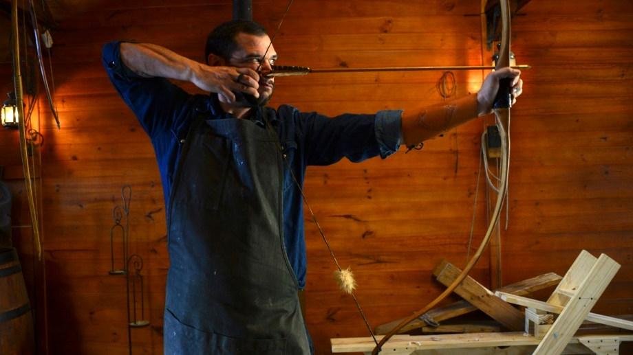 Fausto Javier Frazante talla a mano arcos de madera en su taller de Bariloche. Foto: Chino Leiva