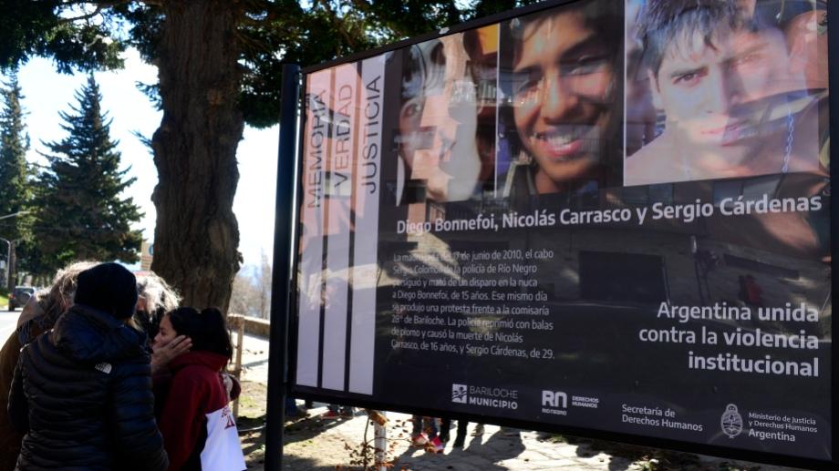El cartel lleva las fotos de los tres jóvenes que fueron asesinados. Foto: Chino Leiva