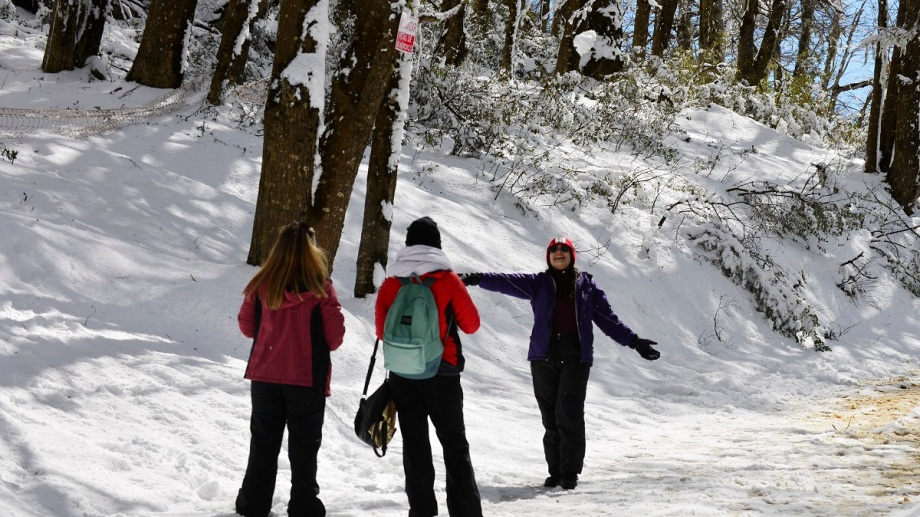 El camino que sube al cerro Otto desde el kilómetro 1 de Pioneros tiene nieve a partir de Piedras Blancas. Foto: Chino Leiva