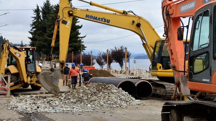 La obra del colector costanero de Bariloche se ejecuta en tres frentes, el más visible es entre el Puerto San Carlos y la calle Villegas. Archivo/ Chino Leiva