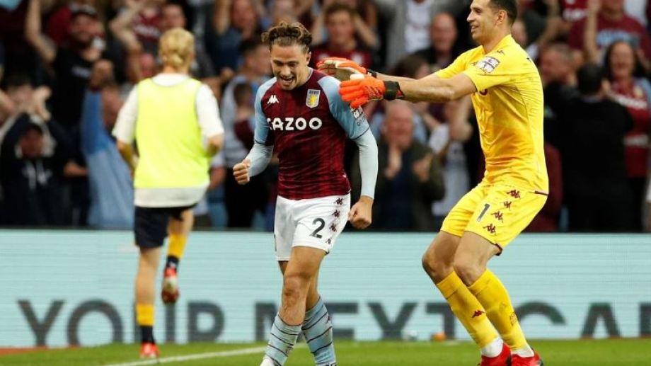 Dibu Martínez se cruzó toda la cancha para festejar junto a Cash, autor del primer gol del Aston Villa.