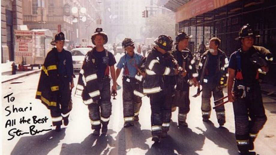 Steve Buscemi, el primero desde la izquierda, durante la jornada del 11-S.