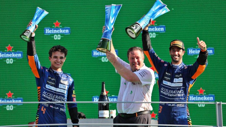 El equipo McLaren a pleno en el podio: Zak Brown junto a sus pilotos Daniel Ricciardo y Lando Norris.
