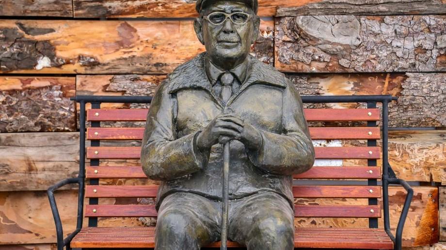 La escultura de Américo Astete de cara al volcán Lanín en homenaje a los pioneros de Chapelco.