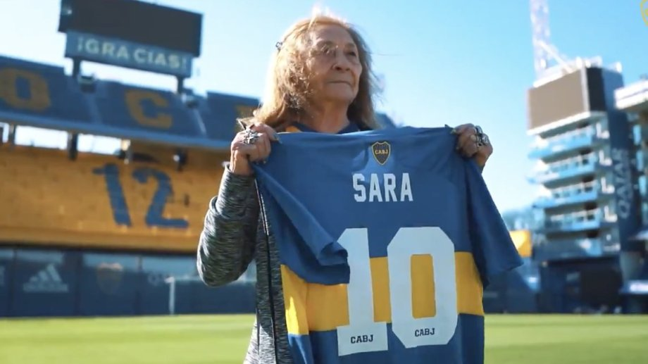 Sara se emocionó al conocer la Bombonera a los 82 años.