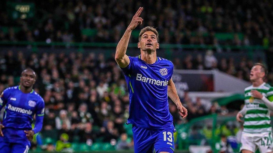 Alario marcó de penal en la goleada del Bayer Leverkusen.