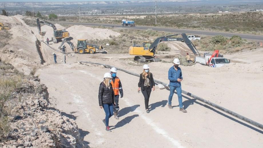 Continúan las obras de extensión de la red de gas en el Parque Industrial II en Roca (Foto Gentileza)