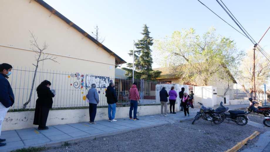 FIlas en la escuela 275 pasadas las 9 de la mañana. Foto: Juan Thomes