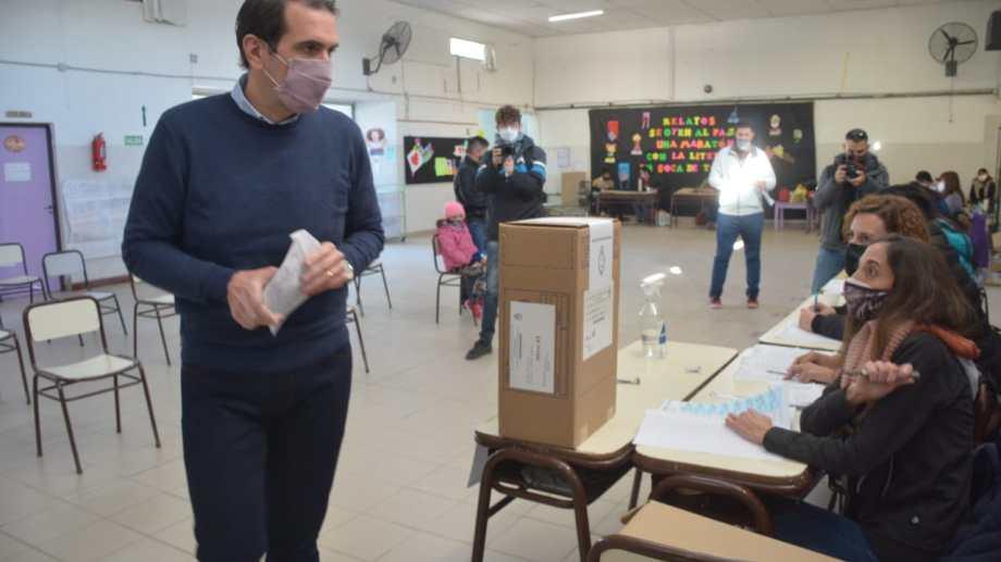 Pablo Cervi, candidato de Cambia Neuquén, votó en la Escuela 207 de la capital provincial. Foto: Yamil Regules.