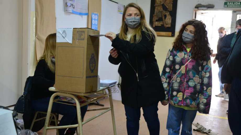 Ana Marks emitió su voto esta mañana lluviosa en Bariloche, en el CET 2. Foto: Chino Leiva