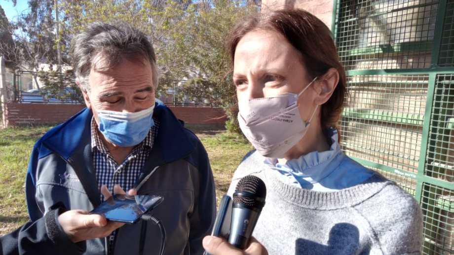 La precandidata del Frente de Todos, Tanya Bertoldi votó junto al intendente de Centenario, Javier Bertoldi. (Oscar Livera)