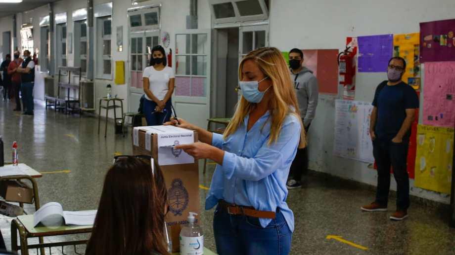 Maria Emilia Soria votó en una escuela rural de Roca. Foto: Juan Thomes