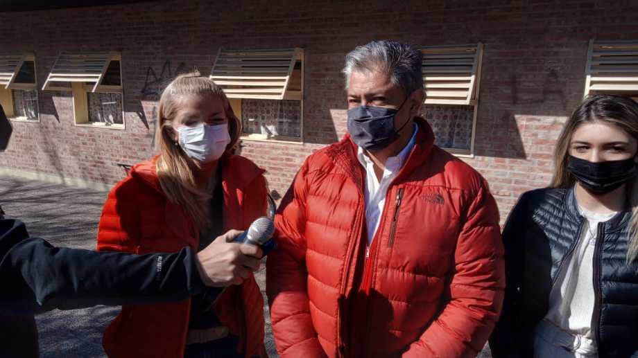 Rolando Figueroa fue a votar acompañado de su hija y de su compañera de fórmula Luciana Ortiz Luna. (Oscar Livera)