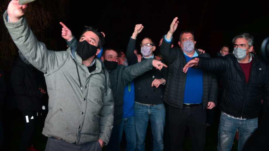 Domingo, dirigentes y militantes de Juntos festejaron en Bariloche. El exministro de Economía de la provincia dijo que esperan sumar adhesiones para las generales. (Foto: Chino Leiva)