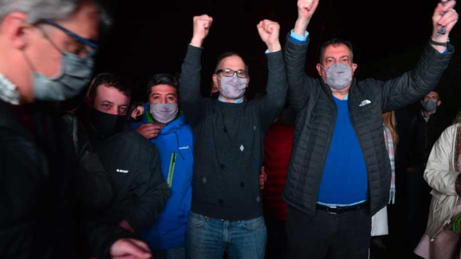 Agustín Domingo con puños arriba, celebra su triunfo en Bariloche y en toda la provincia. Foto: Chino Leiva