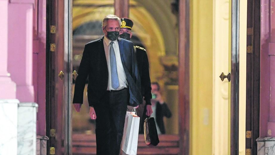 El presidente, se retira anoche de la Casa Rosada tras anunciar al nuevo gabinete.