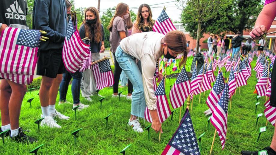 En esta zona ya empezaron los homenajes a las víctimas. Hoy esperan al presidente Biden.