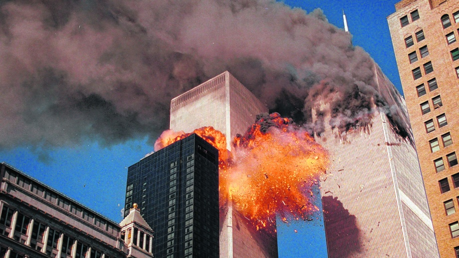 El momento de una de las explosiones en el World Trade Center (AP Photo/Chao Soi Cheong)