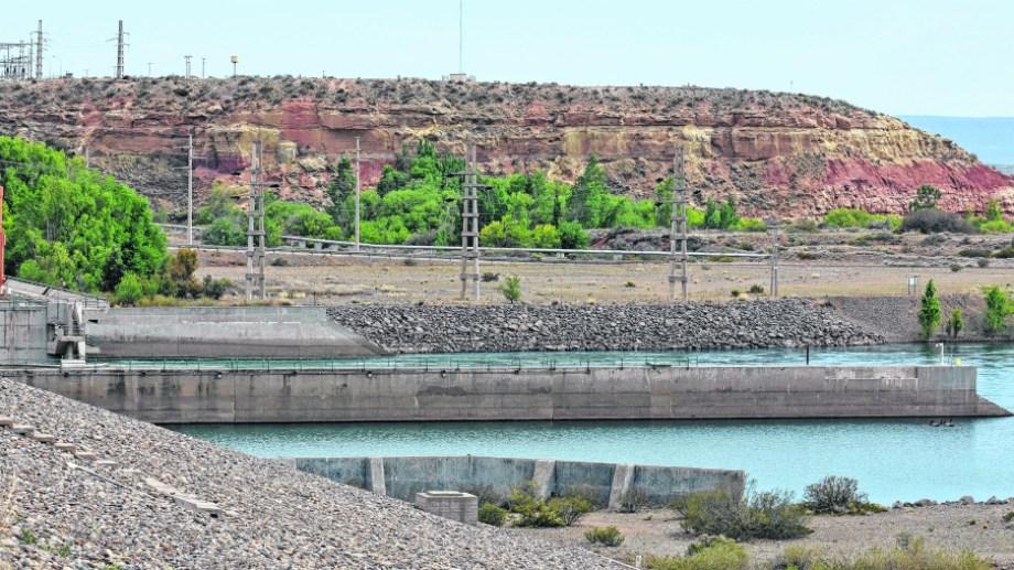 Se controla, por ejemplo, la presencia de algas, como la cianobacterias Dolichospermum, en Arroyito y Mari Menuco para dar aviso a las plantas potabilizadoras.