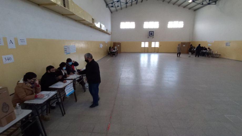Una escasa concurrencia a votar se nota durante la mañana en Jacobacci. Foto: José Mellado.