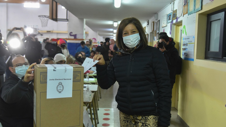 La gobernadora Arabela Carreras votó en la Escuela 321 de la zona oeste de Bariloche y anunció que viaja a la capital provincial a esperar los resultados. Foto: Chino Leiva