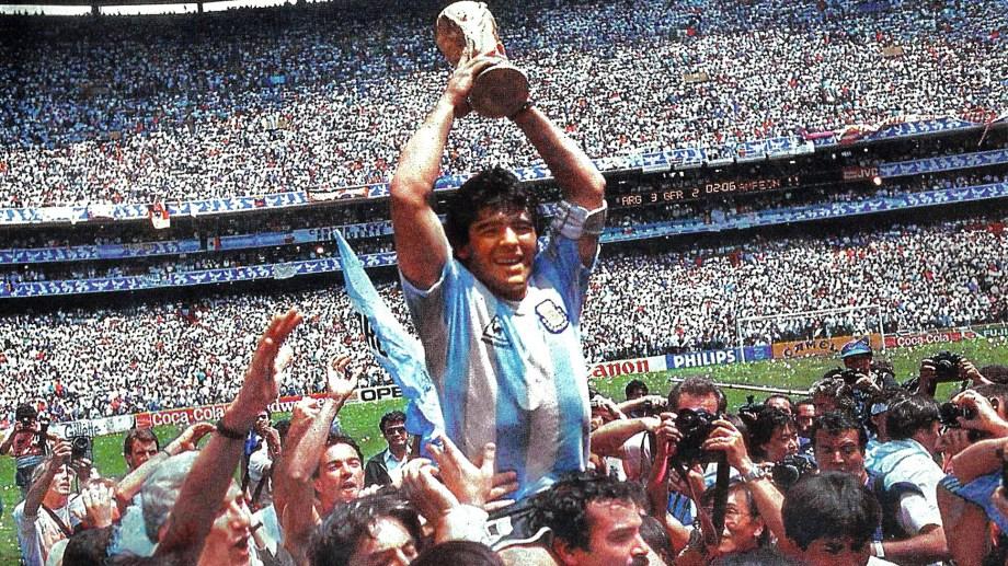 Día de gloria, Diego Armando Maradona levanta la Copa del Mundo en México 86. Esta es la imagen que encontró el argentino en un pub de un pequeño pueblo sueco.