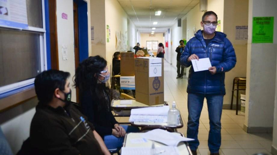 Agustín Domingo, precandidato de Juntos Somos Río Negro, votó esta mañana en la ESRN 104 de Bariloche. Foto: Chino Leiva