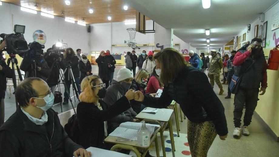 Con puño cerrado, la gobernadora saludó a las autoridades de mesa antes de votar. Foto: Chino Leiva