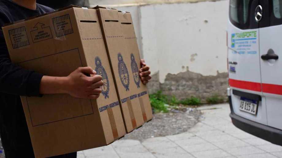 El reparto de urnas fue la primera tarea del día en este domingo de PASO. Foto: Andrés Maripe