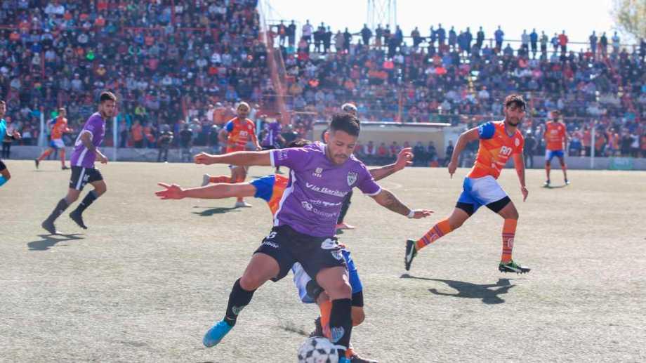 Fútbol y tribuneas llenas en el Maiolino. Una jornada inolvidable. Fotos: Juan Thomes