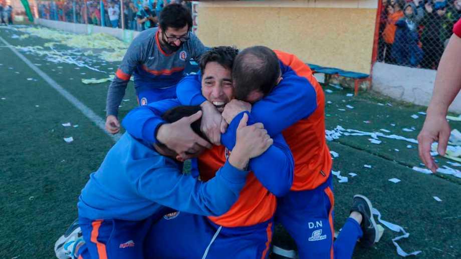 El árbitro pitó el final. Diego Napolitano, su hermano David y el cuerpo técnico que se va acercando para el abrazo. Fotos: Juan Thomes