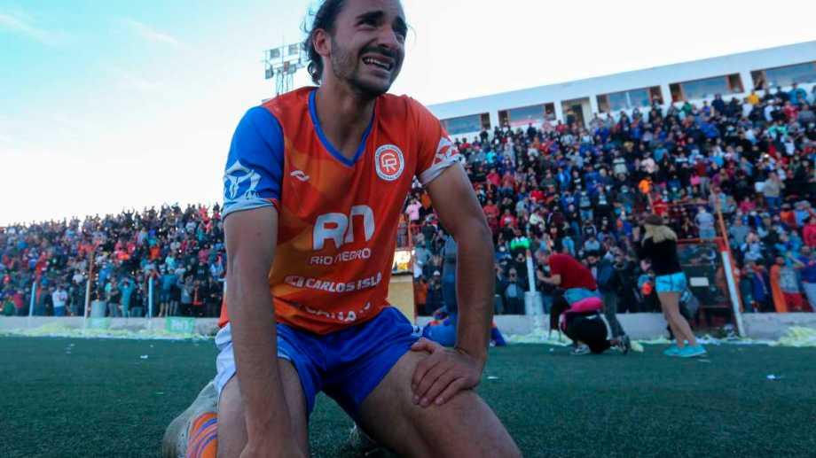 Facundo Miguel y su festejo, con la platea del Maiolino llena de fondo. Deportivo Roca se consagró en la Liga Confluencia. Fotos: Juan Thomes