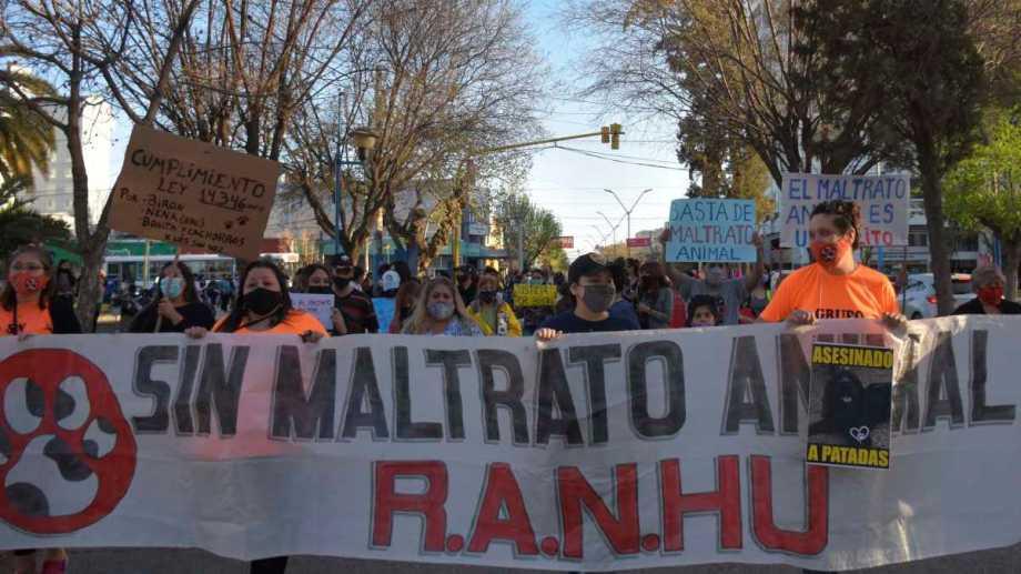 Contra el maltrato animal, marcharon en Roca. Fotos: Emiliana Cantera
