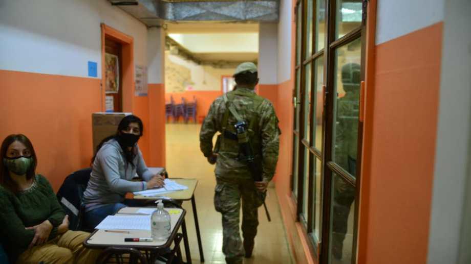 Fuerzas federales custodian las escuelas donde hoy se vota en Bariloche. Foto: Chino Leiva