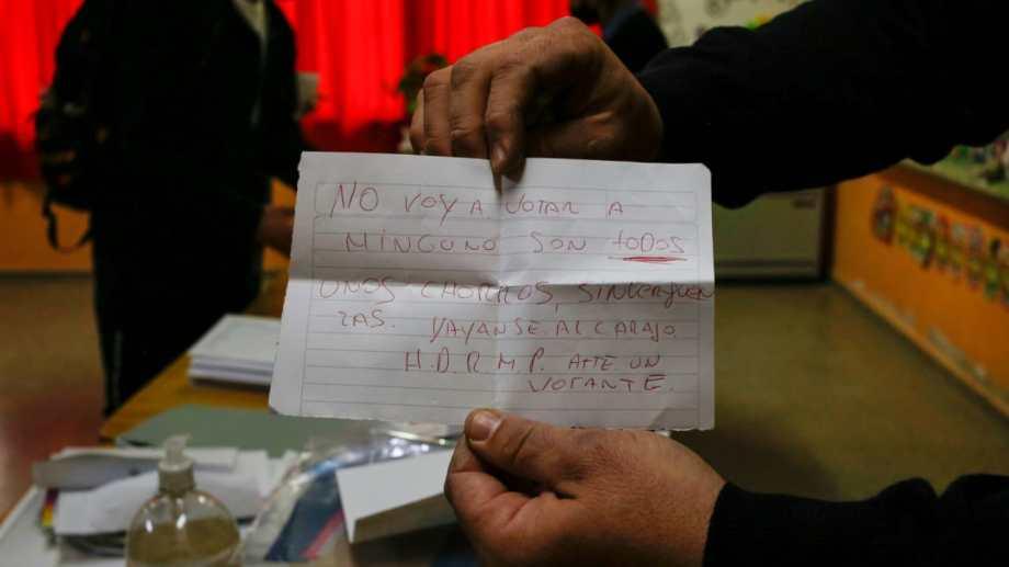 Una persona indignada eligió hacer su propia boleta en Roca. (Foto: Juan Thomes).-