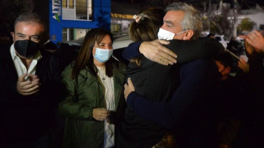 El abrazo entre la gobernadora Arabela Carreras y el legislador Facundo López. Foto Gentileza.