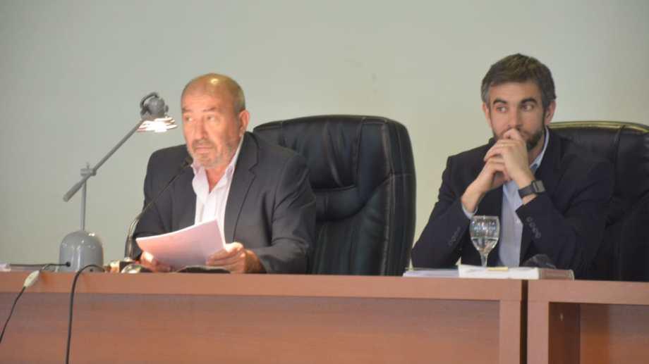 El presidente del tribunal Alejandro Cabral informó el cronograma tentativo del final de juicio: el 10 de Noviembre será el veredicto. A su lado, el vocal Simón Bracco (foto Yamil Regules)