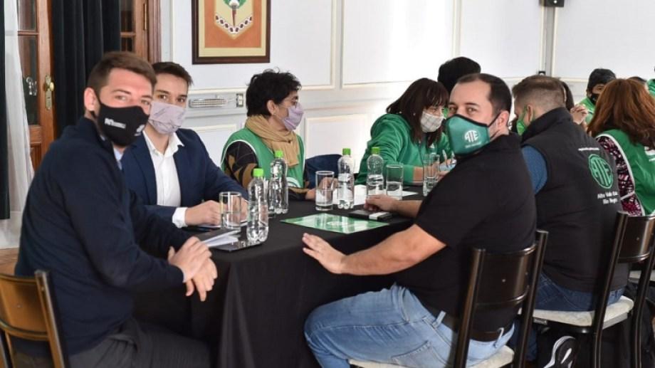 El ministro de Gobierno Buteler, el secretario general de ATE, Rodrigo Vicente y el secretario de Gobierno Agustín Ríos. Foto Gentileza.